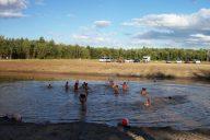 Baigneurs à la plage artificiel